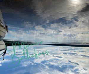 Himmel och vatten som speglas